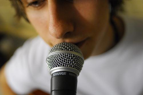 هل تصابون بخيبة أمل عندما تسمعون صوتكم؟....الأمر عادي والعلم يفسر