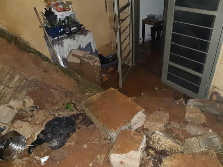 بالصور/ الدفاع المدني عمل على سحب المياه من 4 شقق سكنية في عرمون - عاليه...أضرار كارثية!