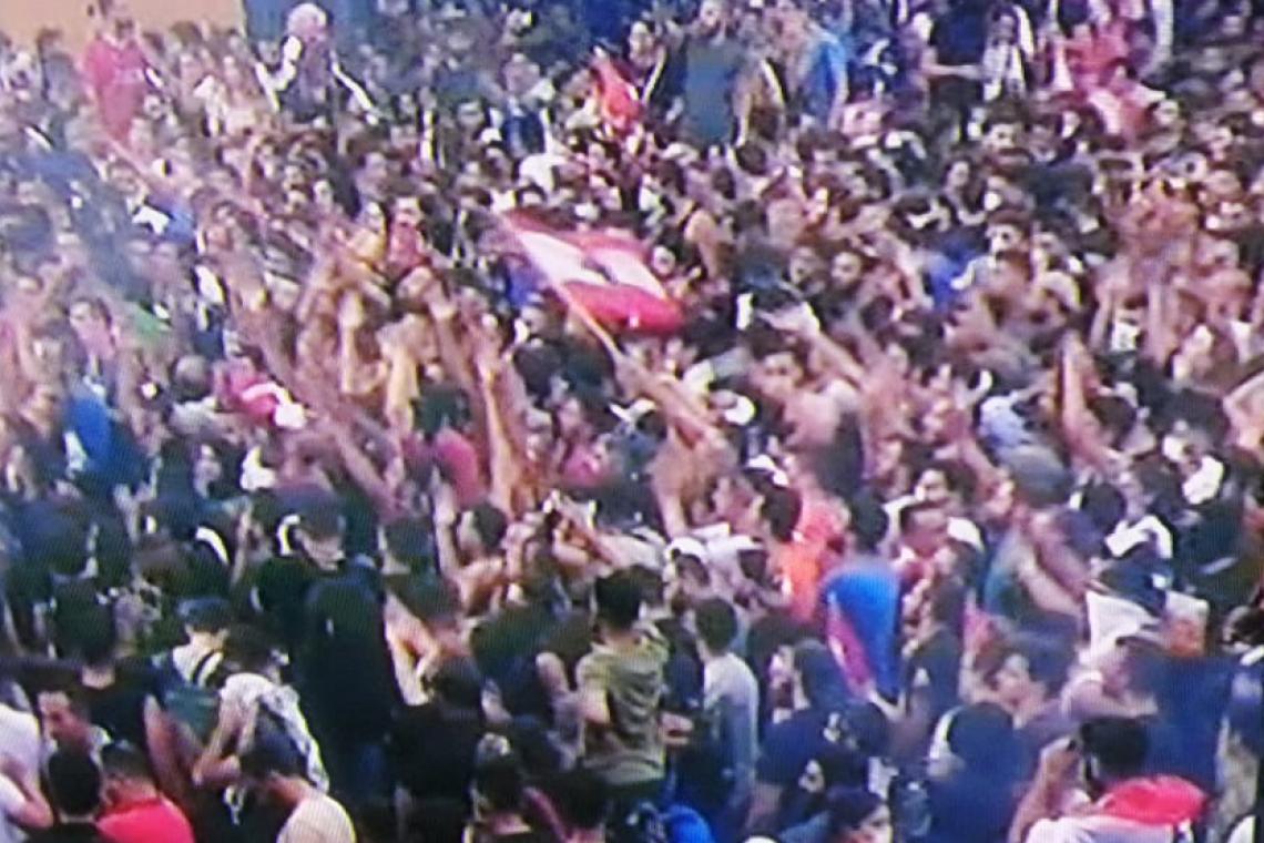 بالفيديو/ اشكال بين المتظاهرين والقوى الأمنية في ساحة رياض الصلح...وتحطيم واجهات زجاجية وسط بيروت!
