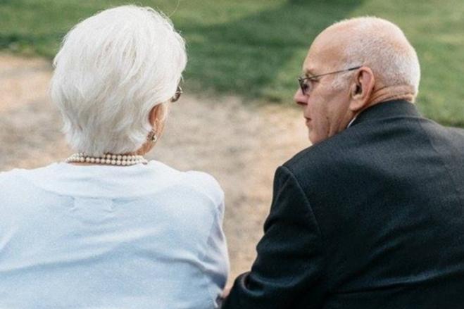 """""""لقد تركا هذا العالم معا محاطين بأولئك الذين أحبوهما""""""""...زوجان عاشا معاً مدة 68 سنة وغادرا الحياة بفارق يوم واحد فقط!"""