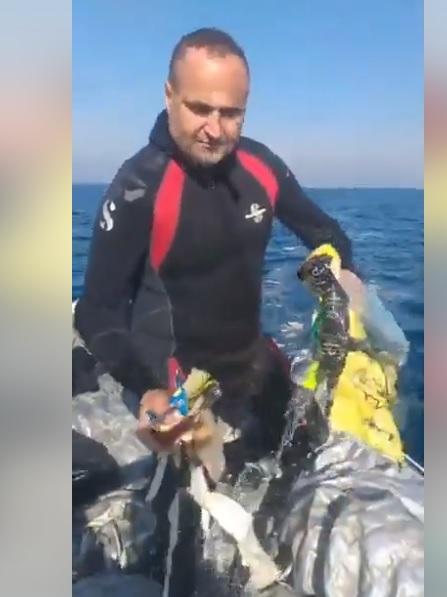 بالفيديو/ الزميل يوسف الجندي يطلق صرخة حول كارثة بيئية وهي وجود كميات كبيرة من النفايات مكتوب عليها بالعبري في المياه اللبنانية وعلى الشاطئ اللبناني