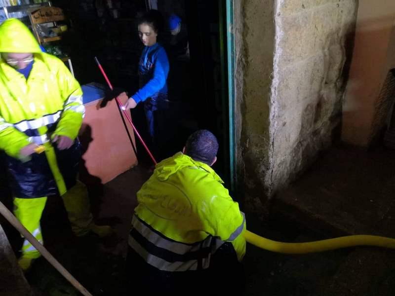 الدفاع المدني يسحب مياه السيول التي تسببت بها الأمطار المفاجئة من داخل محلات تجارية في القبيات