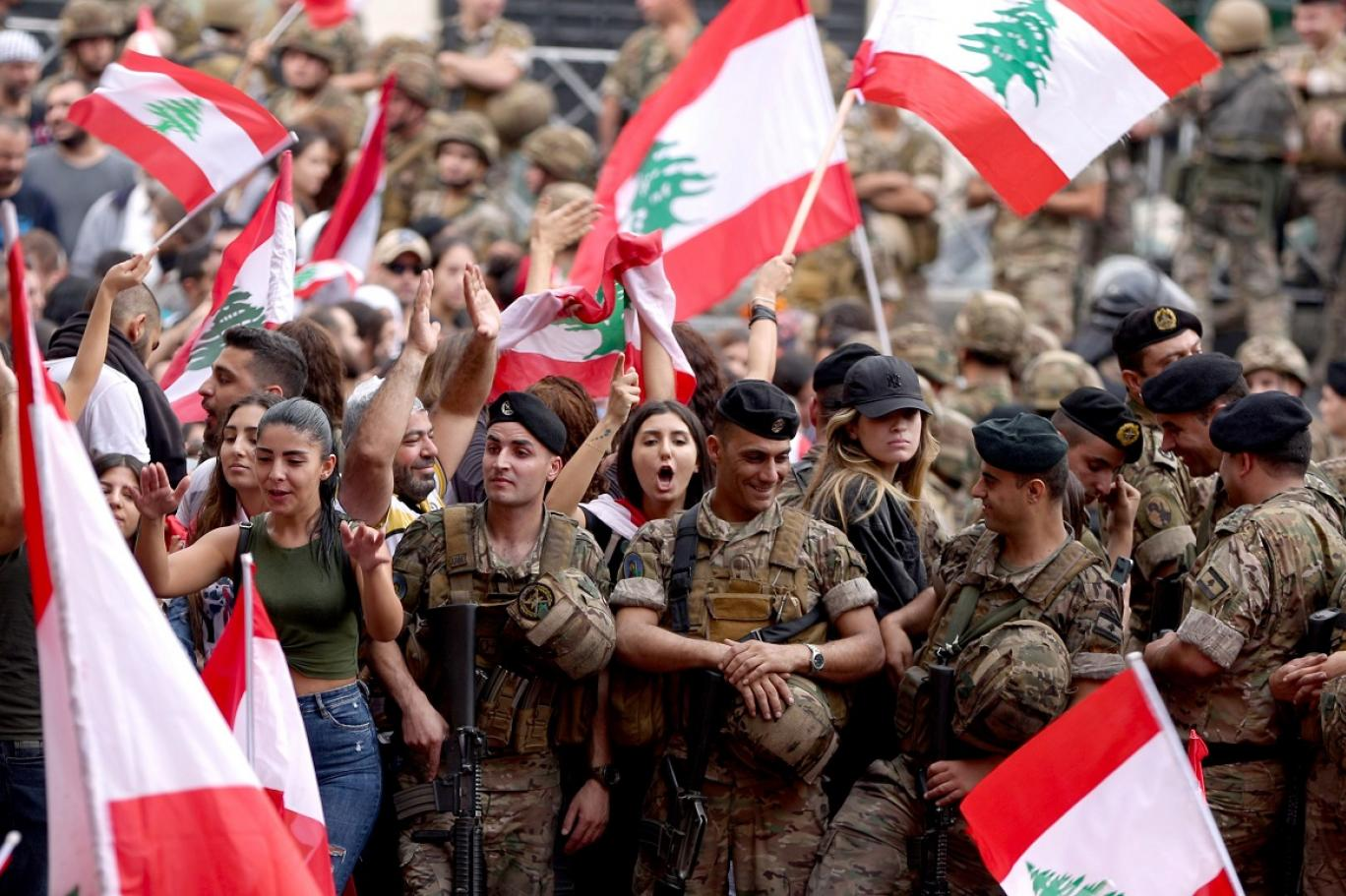 """قائد بالجيش اللبناني لـ """"الحدث"""": لم ولن ننسحب ولن نترك المتظاهرين كما لن نترك المندسين للتخريب وهدر دماء المتظاهرين واستخدام الأسلحة خطوط حمر بالنسبة لنا"""