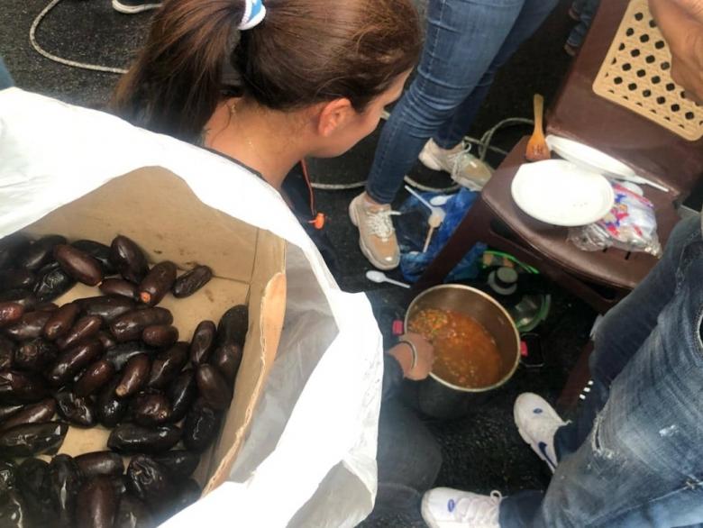 بالصور/ سيدات توزعن الطعام على المتظاهرين في جل الديب..بازيلاء وأرز وتمر وغيرها
