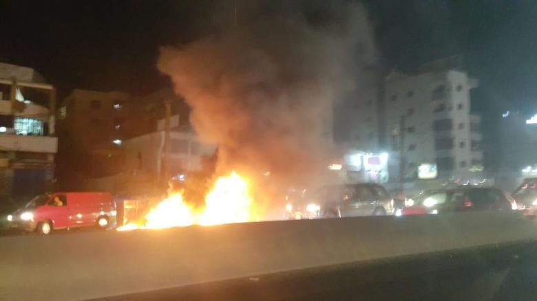 بالصور/ قطع جزئي للطريق بالاطارات المشتعلة على اوتوستراد خلدة باتجاه بيروت