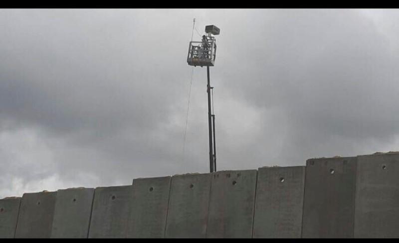 العدو الإسرائيلي يطلق منطاداً مجهزاً بكاميرات مراقبة في العباسية ويرفع كاميرا كبيرة على الحائط الإسمنتي قرب بوابة فاطمة