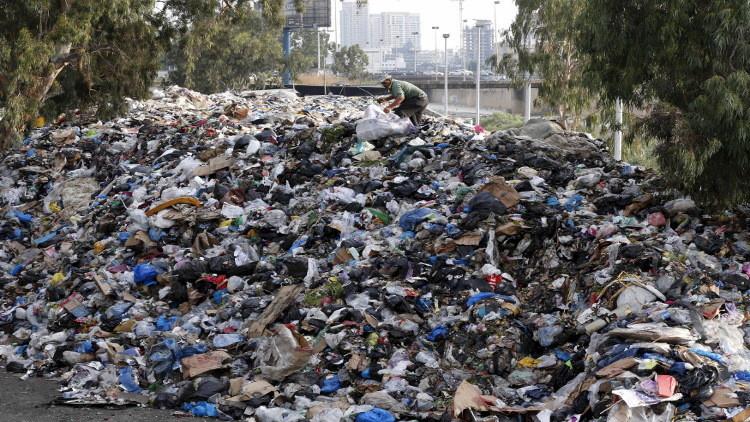 القمامة التي تفترش الشواطئ، المحارق والأمراض... أزمة النفايات اللبنانية إلى العالمية!