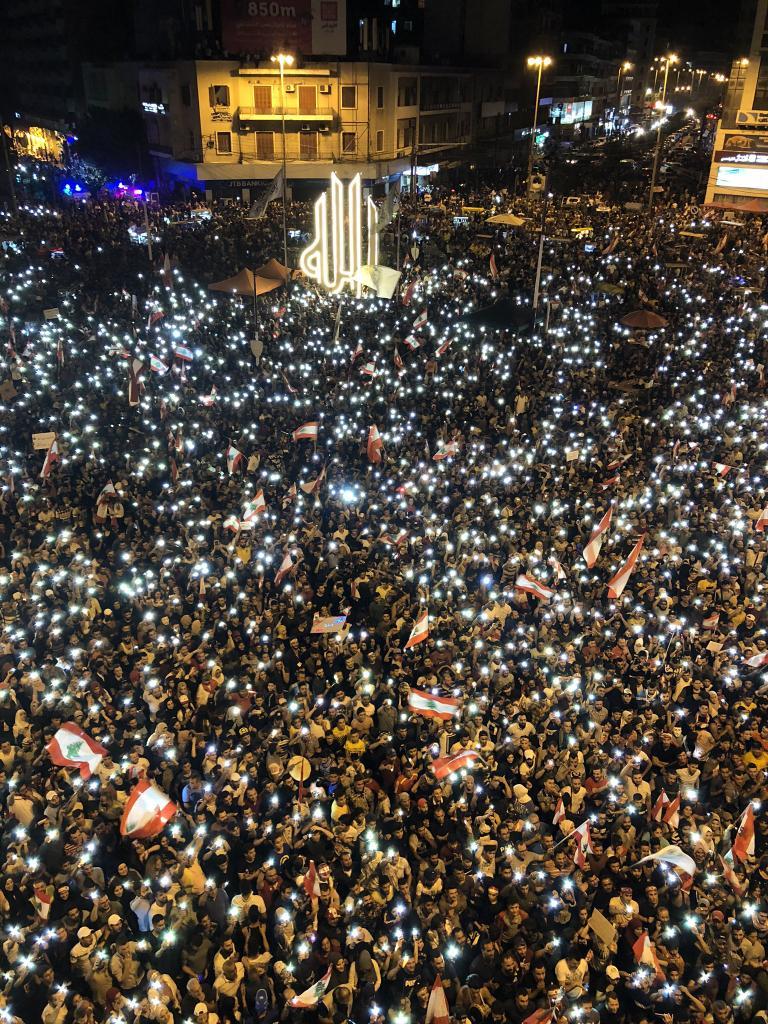 الـ mtv: عدد المتظاهرين في ساحة النور في طرابلس ناهز الـ100 ألف