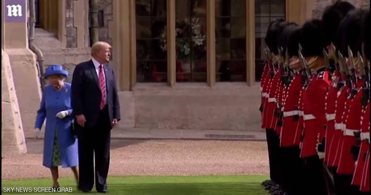 """ترامب لم يتقيد بالـ """"إيتيكيت"""" أثناء زيارته لملكة بريطانيا..مواقف محرجة بالجملة والملكة تصحح له الأصول أكثر من مرة"""