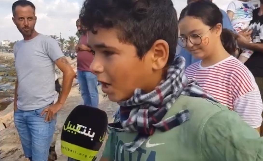 """بالفيديو/ """"أنا إنسان وهني إنساني""""...كلمة غير عادية لطفل سوري شارك في المظاهرة في صور"""