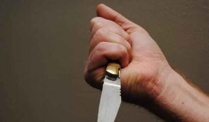 طعن والدته بسكين في كفها الأيمن...خلاف عائلي أدخل سيدة إلى المستشفى!