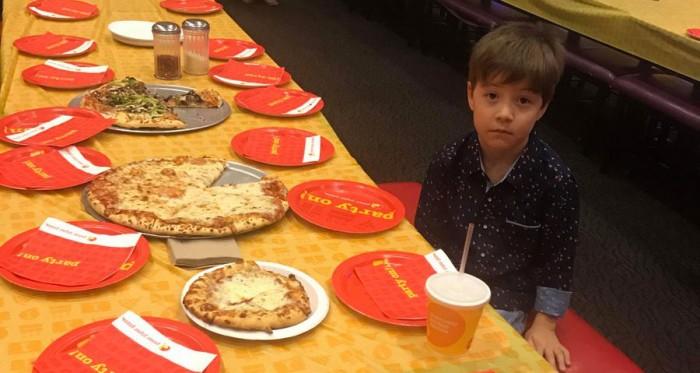 ما حدث محزن للغاية.. اراد الاحتفال بعيد ميلاده السادس فعزم رفاق صفه ال 32 الى حفلة بيتزا لكن احداً لم يأتِ !!
