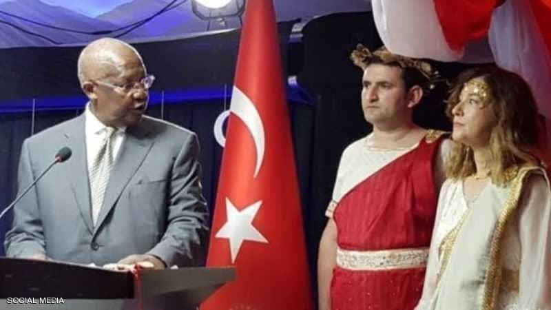 فستان السفيرة التركية يثير الجدل ويفجر غضبا واسعا في أنقرة....والخارجية تستدعيها !
