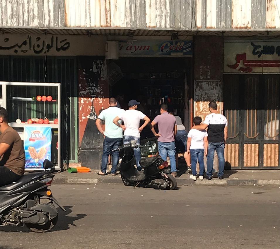 دخلوا محل للهواتف في طرابلس وصاحبه موجود داخله..كسروا وخربوا وحطموا فيه ثم خرجوا !