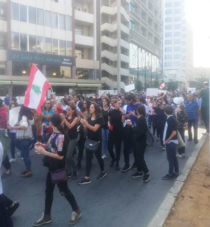 محتجون يحتشدون امام مبنى TVA في المتحف