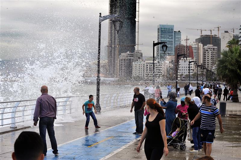 قبل أيام معدودة من بدء فصل الشتاء رسميا...الامطار والرياح فعلت فعلها في لبنان وحولت طرقاته لبحيرات !