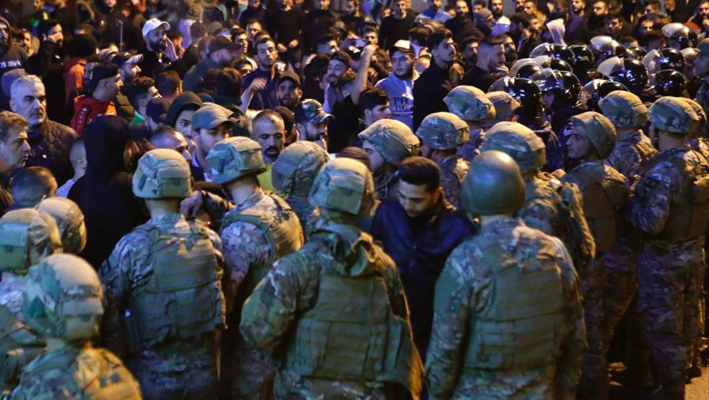 الجيش اللبناني: أعمال شغب من قبل أشخاص يستقلون دراجات نارية في طرابلس وتوقيف 4 منهم ومعالجة توتر في منطقتي كورنيش المزرعة وبربور على خلفية نزع صور