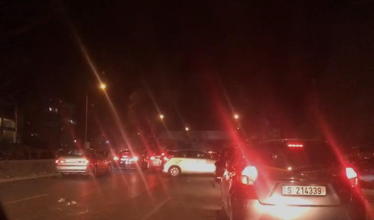 الجيش:أثناء محاولة فتح طريق الناعمة ليلاً تعرضت دورية لرشق بالحجارة، فأصيب عدد من العسكريين بجروح ورضوض، كما أطلق أحد المعتصمين النار من مسدس حربي