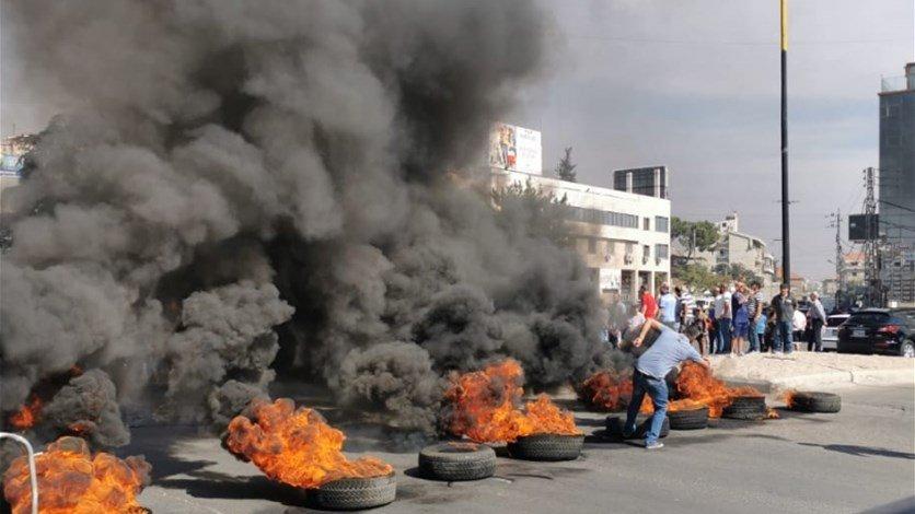 شبان مجهولون أشعلوا إطارات فجرًا على اتوستراد البحصة مجدليا ورموا مفرقعات نارية داخل مجرى نهر ابو علي