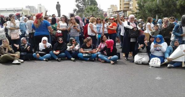 الاساتذة المتعاقدون في التعليم الاساسي يحاولون نصب خيم في الشارع أمام وزارة التربية لكن القوى الأمنية تمنعهم ومشادة بين الطرفين