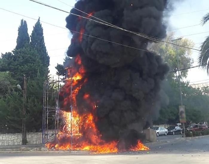 بالصور/ النيران اشتعلت في مجسم عاشورائي قيد الإنشاء في النبطية بسبب الحرارة