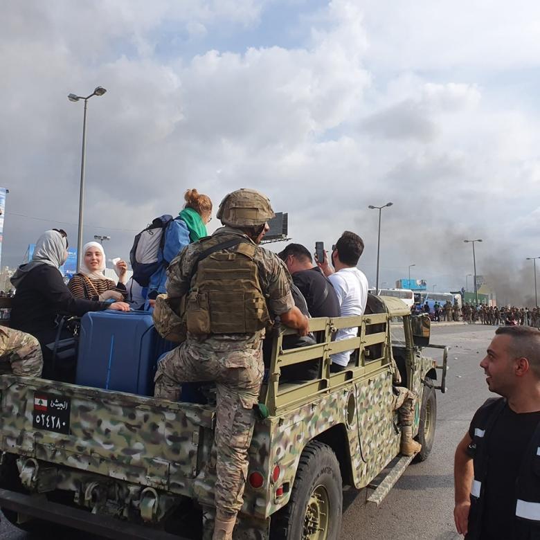 الجيش يساعد على توصيل المسافرين المغادرين إلى المطار