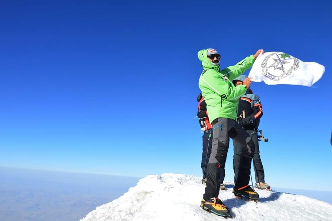 """إنجاز لبناني.. """"نضال صلح"""" رفع علمي لبنان والجيش على قمة جبل """"أرارات"""" على إرتفاع 5165 متر عن سطح البحر"""