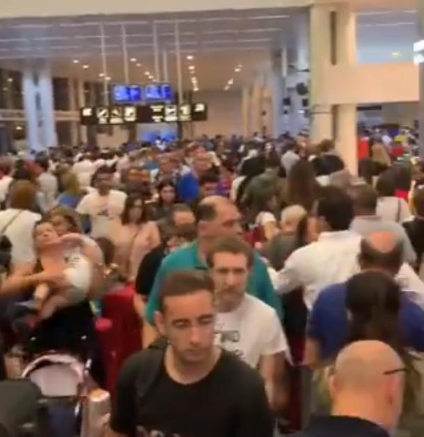 """بالفيديو/ زحمة خانقة في مطار بيروت...""""يتعين على المسافر الانتظار مدة 3 ساعات قبل عبور النقطة الأمنية الأولى""""!"""