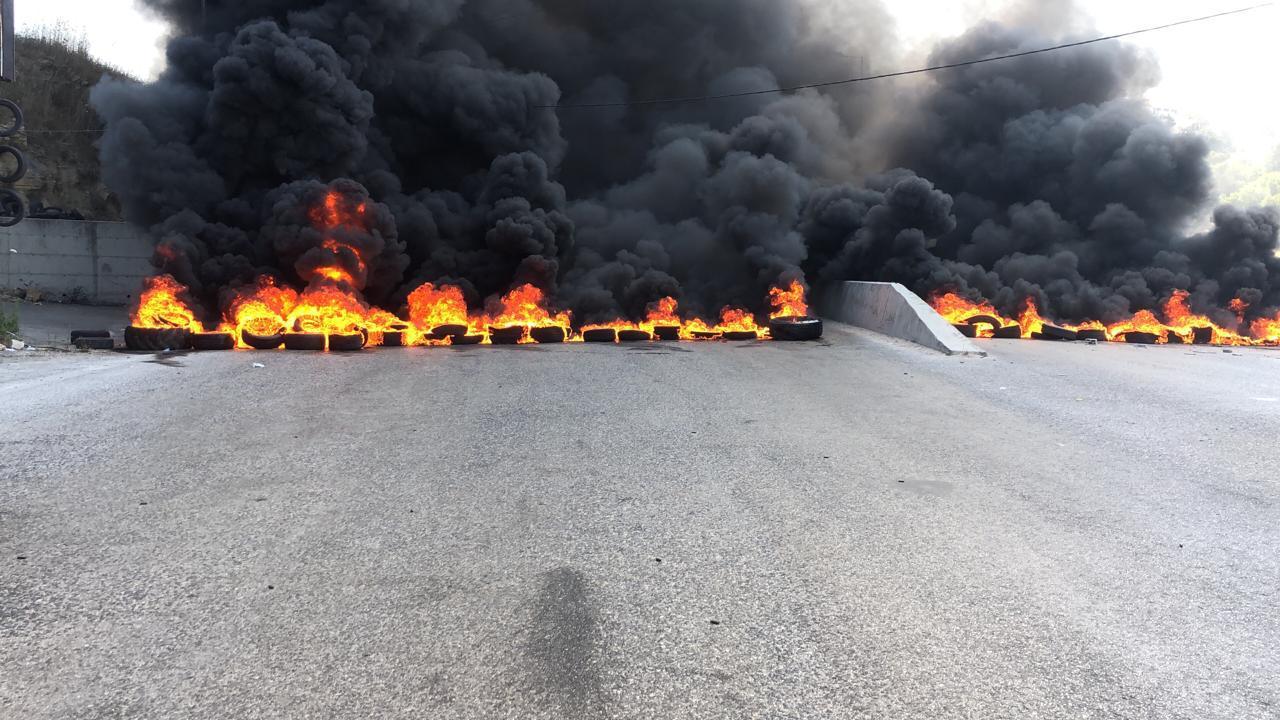"""مناصرو """"الديمقراطي اللبناني"""" أعادوا قطع الطريق الدولية في بعلشميه بالإطارات المشتعلة"""