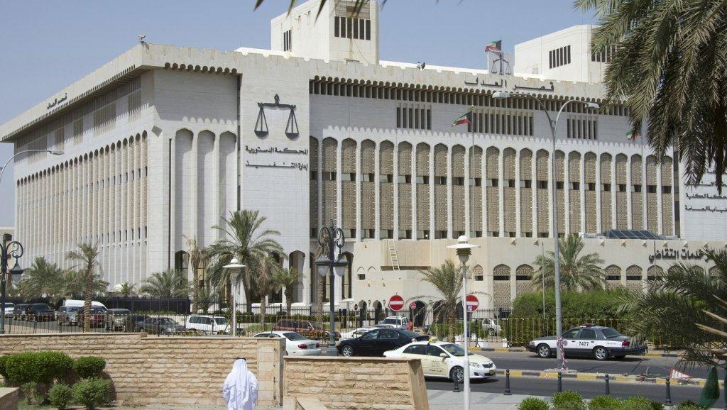 """محامية كويتية ضربت متهمًا بالحذاء...مشاجرة في قصر العدل الكويتي بسبب """"عبارة ماسة بالشرف"""""""