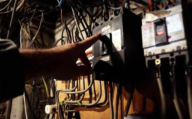 بلدية بنت جبيل: بسبب الضغط الكبير على مولدات الكهرباء في هذه الأيام الحارة وكثرة تشغيل المكيفات، توقفت لدينا مجموعة ٥٠٠kva، سنضطر للعودة للتقنين