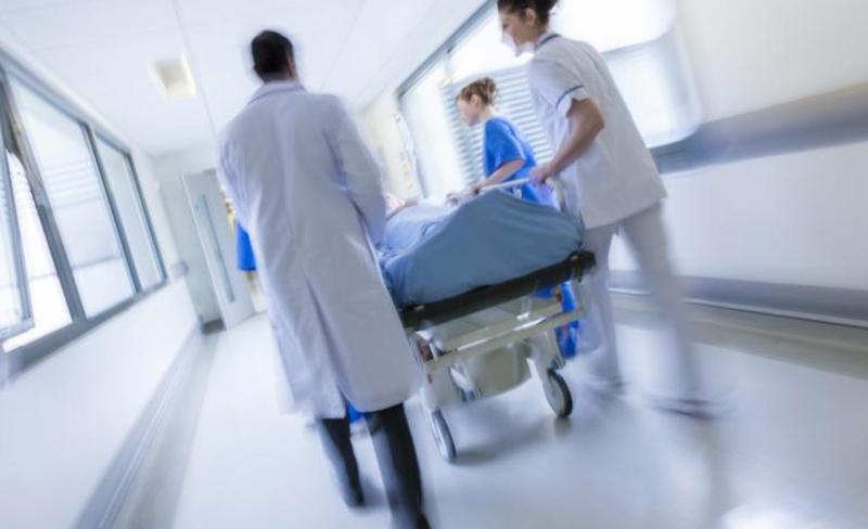 """تلاسن تبعه ضربة """"شاكوش""""...أدخل إلى المستشفى إثر تعرضه لضربة على الرأس بعد خلاف مع أحدهم"""