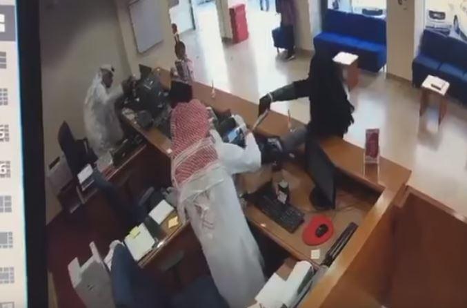 بالفيديو/ تنكر بزي امرأة وسرق 4 الاف دينار من مصرف الخليج مهددا بمسدس اطفال !