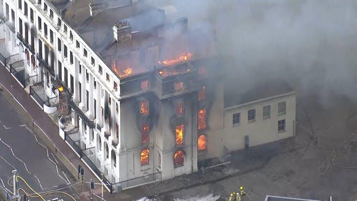 بالفيديو/ النيران تلتهم فندقاً أثرياً في بريطانيا عمره 165 عاماً...أخلي تماماً من النزلاء!