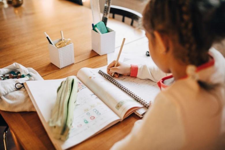 بالصور/ ابنة الـ10 سنوات ترفض الإجابة على سؤال رياضيات لأنّه يحكم على النّاس من خلال وزنهم...رسالتها لاقت تفاعل كبير على مواقع التواصل