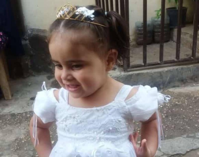 """طفلة السنتين """"مرام عكاري"""" فارقت الحياة بصعقة كهربائية داخل منزلها في طرابلس"""