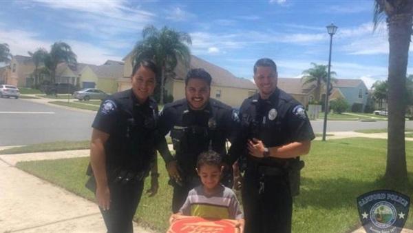بالصورة/ طفل مصري أبلغ الشرطة الأميركية أنه جائع ويريد طلب البيتزا فاستجابوا له على الفور!