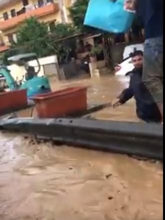 بالفيديوم عملية إنقاذ امرأة وطفليها علقوا في سيارتهم جراء السيول  في منطقة خلدة اليوم