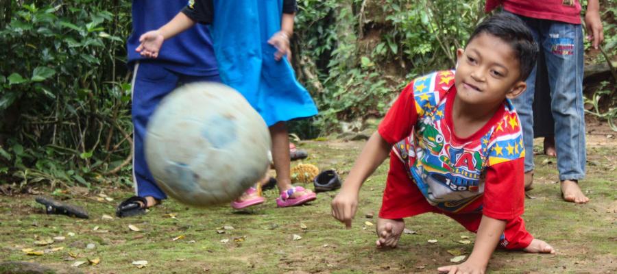 قصة إرادة وتحدي...  طفل يعاني تشوهاً يزحف على يديه 8 كيلومترات في الأمطار يومياً للوصول إلى مدرسته