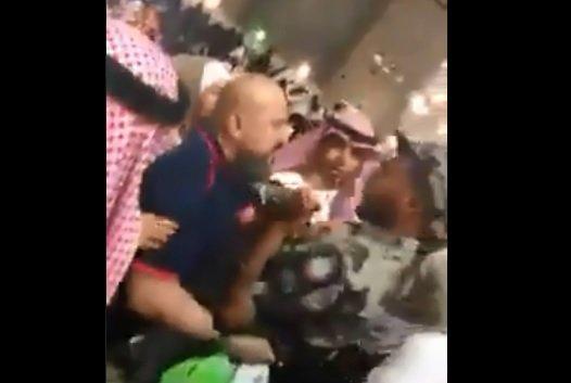 بالفيديو/ رجل أمن سعودي يضرب معتمرا مصريا في الحرم المكي