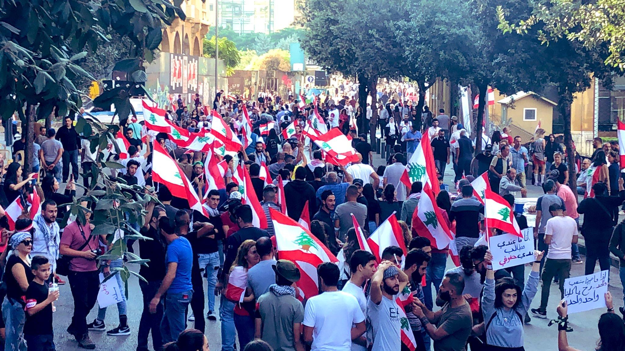 بدء توافد المحتجين الى ساحة العلم  ودوار ايليا ورياض الصلح وساحة النور