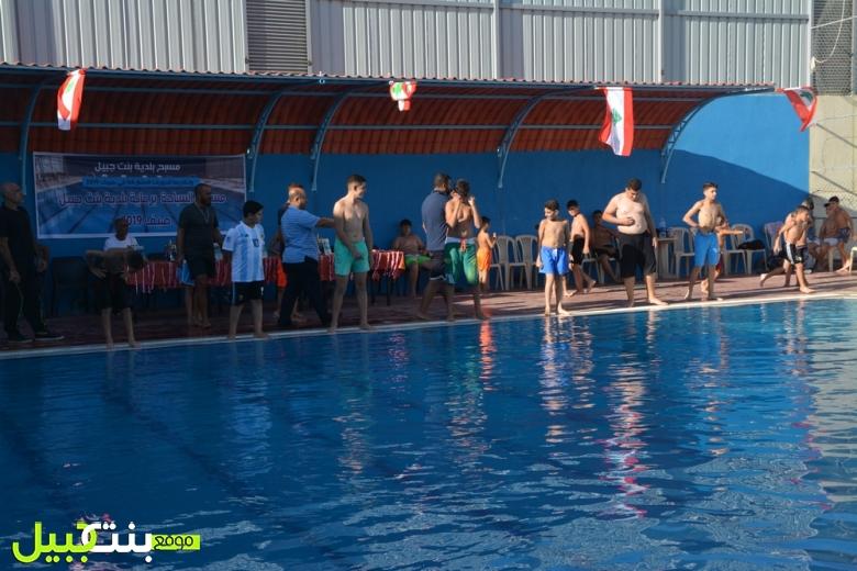 بالصور/ سباق سباحة لجميع الفئات العمرية برعاية بلدية بنت جبيل في مجمع البلدية الرياضي