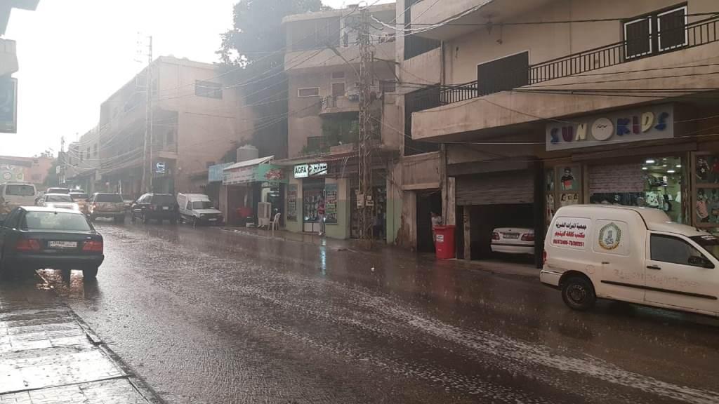 أمطار غزيرة وحبات برد حولت شوارع الهرمل إلى أنهار جارفة وتخوف الأهالي من سيول