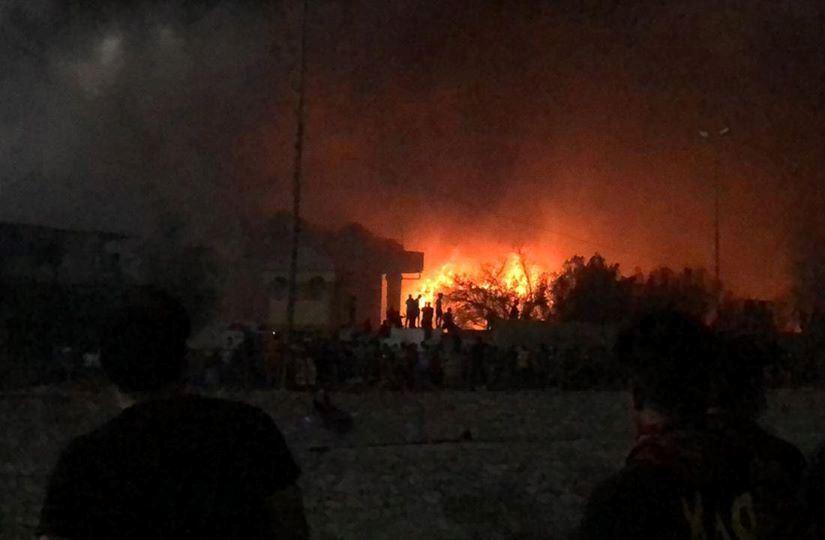 المتظاهرون في البصرة يحرقون قصور صدام اقتحموا بوابة القصور في مركز المحافظة العراقية