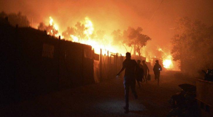 بالفيديو/ حريق هائل يلتهم أكبر مخيم للاجئين في اليونان وعمليات إنقاذ لنجدة 12,700 شخص داخل المخيم