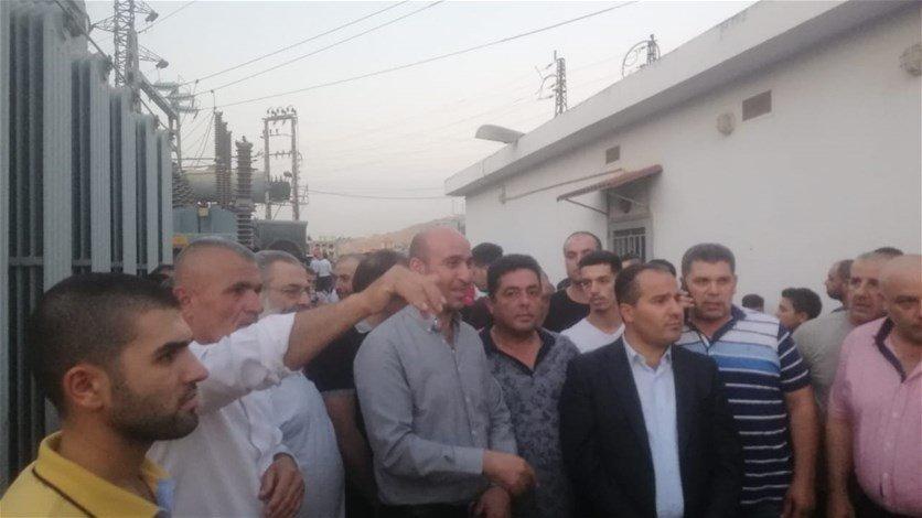 بالفيديو/ أهالي مجدل عنجر يقفلون مؤسسة كهرباء لبنان في البلدة ويطردون الموظفين احتجاجا على التقنين