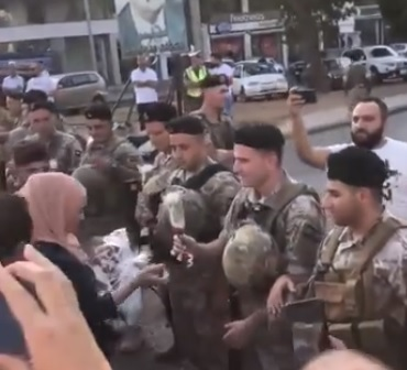 فيديو متداول لمحتجين يوزعون الورود على عناصر الجيش اللبناني في صيدا