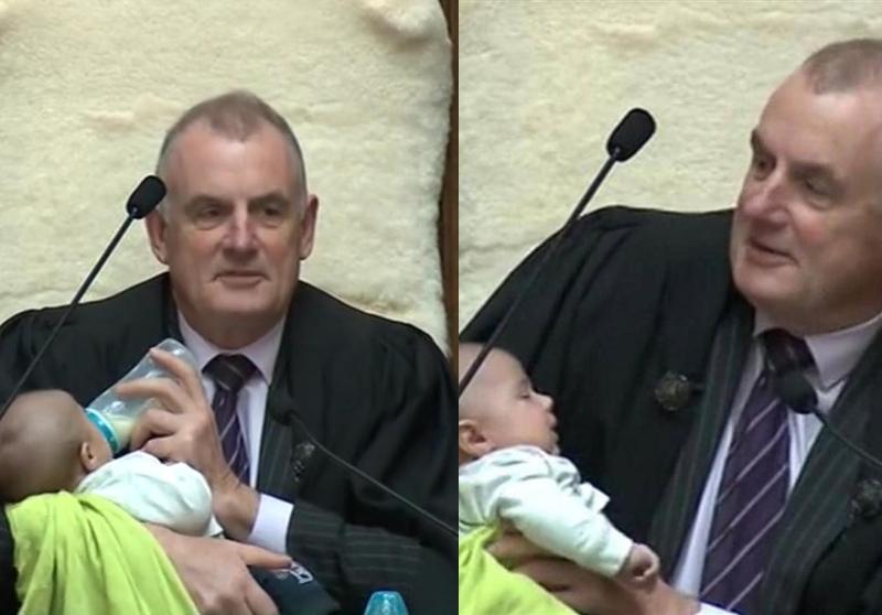 """رئيس البرلمان النيوزيلندي يعتني بطفل نائب أثناء إدارته للجلسة البرلمانية...""""اليوم تولى شخص مهم الرئاسة معي""""!"""