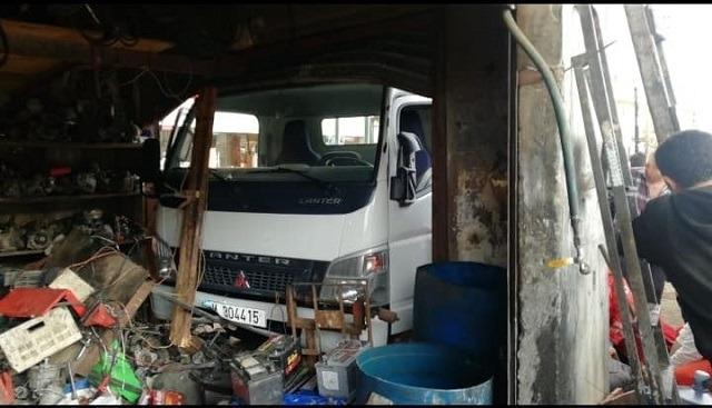 """بالصور/ سائق فقد السيطرة على """"البيك اب"""" واقتحم محلاً لتصليح كهرباء السيارات"""