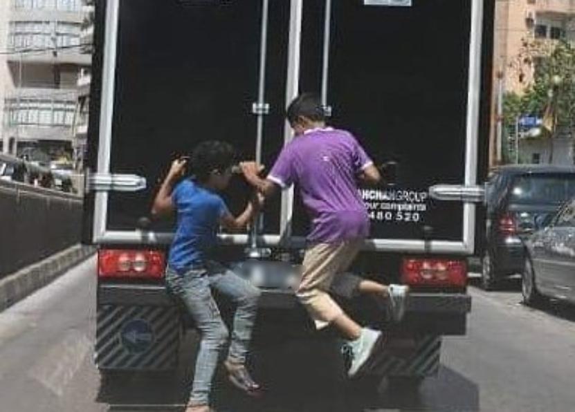 """بالصورة/ """"إستهتار"""" بحياة طفلين والسلامة المرورية في الدكوانة..و""""اليازا"""" تناشد!"""